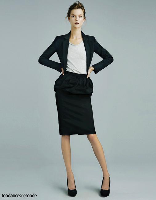 Veste noire très ajustée, tee-shirt gris et jupe noire esprit Miu-Miu