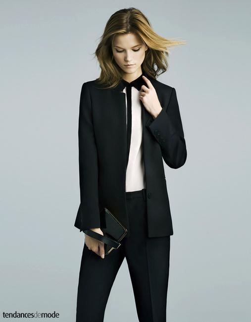 Blazer noir un bouton, chemise blanche à patte de boutonnage noire et pantalon noir à pinces