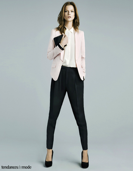 Veste de smoking rose pâle, chemise blanche, pantalon de smoking noir et escarpins noirs