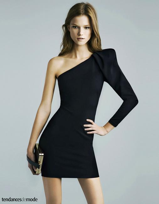 Mini robe noire asymétrique et pochette dorée