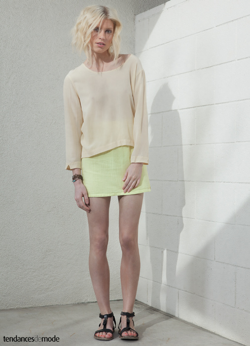Top nude sur mini jupe jaune fluo