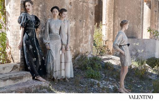 Bette Franke, Fei Fei Sun, Zuzanna Bijoch et Maud Welzen se parent de robes délicieusement romantiques