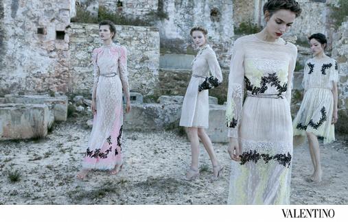 Robes Valentino translucides aux broderies noires et fluos