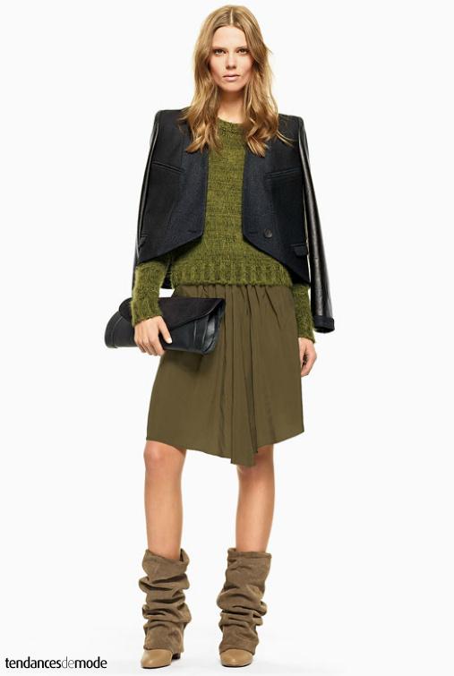 Blazer bi-matières, pull vert amande, jupe kaki, bottes guêtres