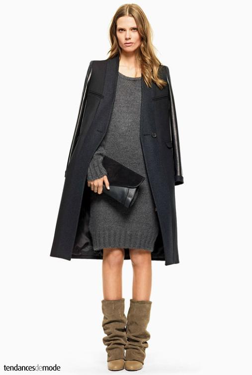 Manteau 3/4 bi-matières, robe-pull grise, pochette noire en cuir