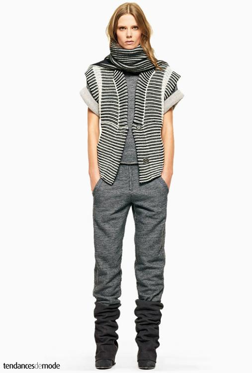 Gilet rayé sans manche, tee-shirt en molleton, pantalon de jogging, bottes guêtres