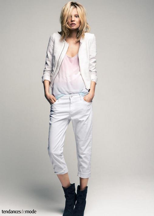 Petite veste blanche zippée, marcel rose dégradé, jean blanc, boots santiags noires