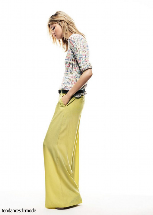 Pull multicolore, pantalon large jaune, ceinture noire