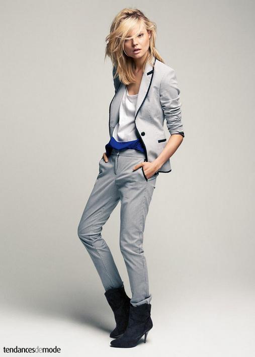 Tailleur pantalon à fines rayures bleues, tee-shirt loose bi-color, santiags à talons