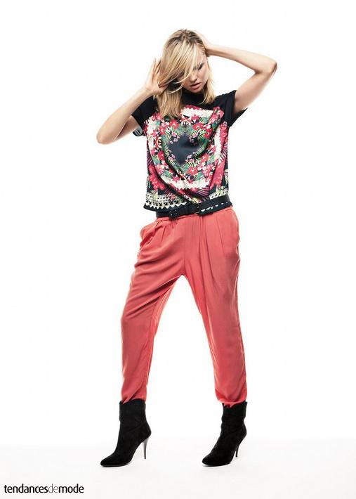 Tee-shirt noir à motifs tropicaux, pantalon carrot rose, ceinture noire