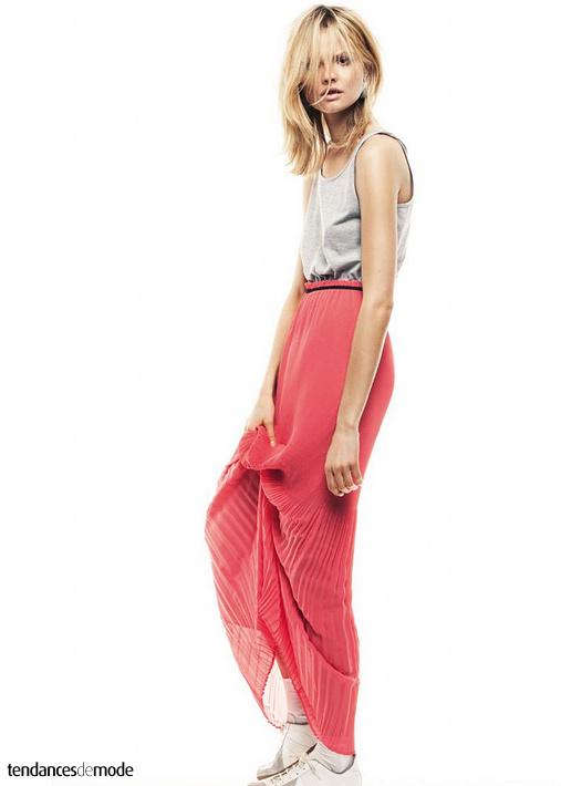 Marcel gris chiné, longue jupe plissée rose, baskets