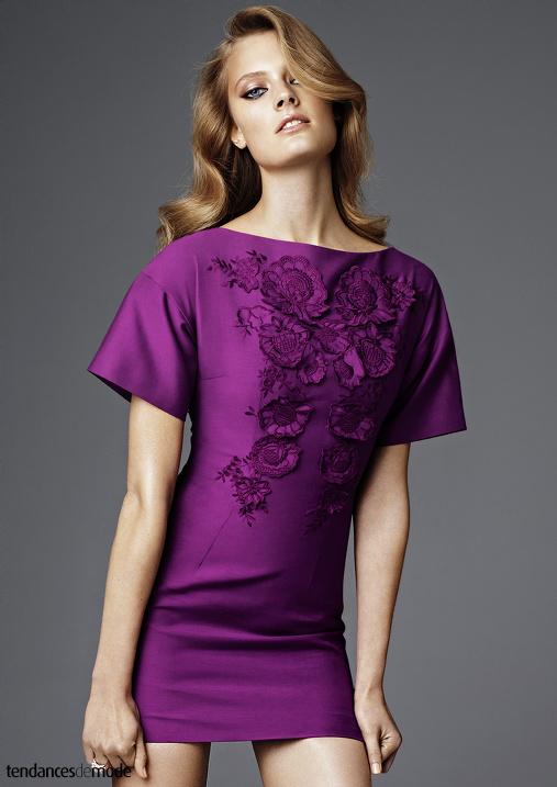 Robe tee-shirt violette brodée de fleurs en relief