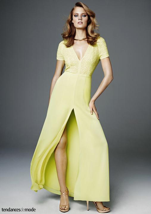 Longue robe jaune largement décolletée et fendue sur le devant