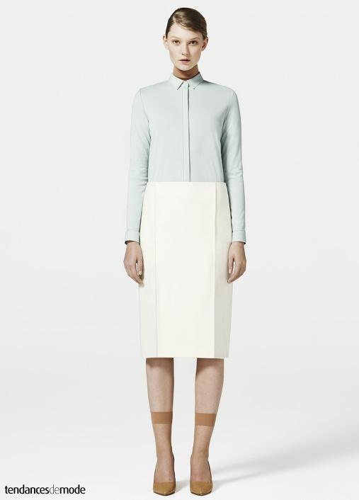 Chemise lagon, sous-pull brique, jupe droite blanche