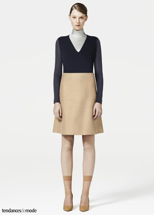 Sous-pull métallisé, tee-shirt manches longues bleu marine, jupe trapèze taille haute beige