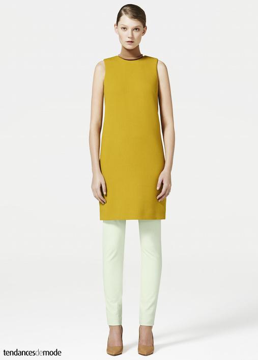 Sous-pull sans manches vieux rose, mini robe droite jaune moutarde, pantalon vert d'eau