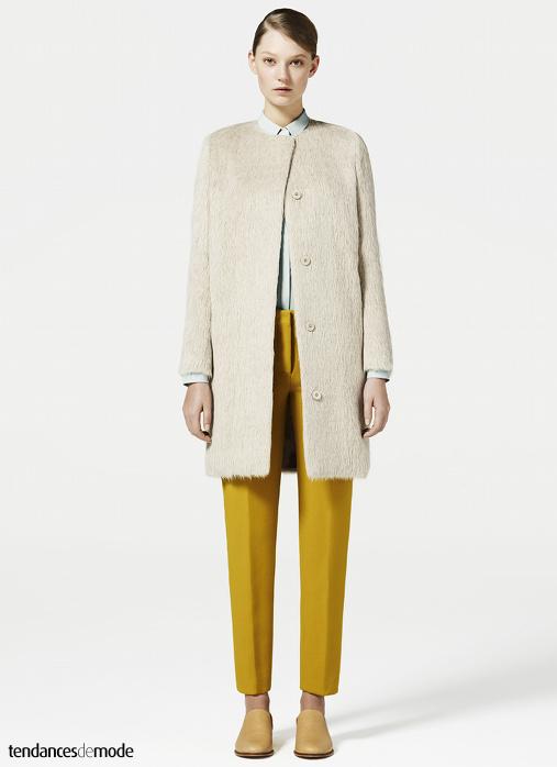 Manteau en fausse fourrure, pantalon jaune moutarde, chemise bleu ciel