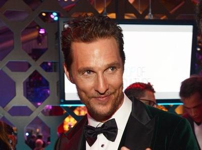 Aux Golden Globes, Matthew McConaughey ose la veste en velours...