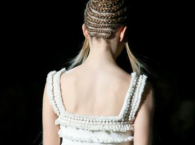 Entre gr�ce �th�r�e et fra�cheur virginale, les robes blanches Alexander McQueen font mouche