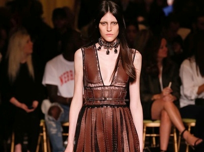 Guerri�re Prada en vue chez Givenchy...