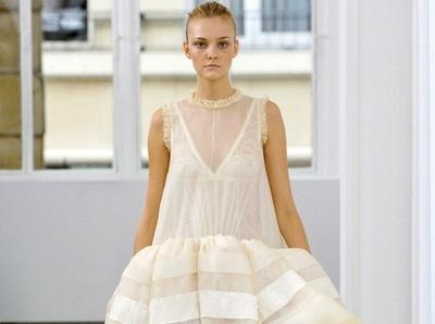 La petite robe blanche vue par Nicolas Ghesqui�re