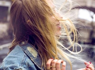 Manucure ultra f�minine + veste en jean destroy = le bon mix