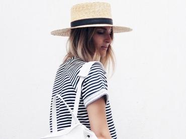 Robe marini�re + canotier + maxi sac � dos blanc = le bon mix