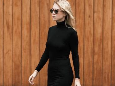 Port�e avec une paire de tennis, la robe fendue ultra moulante gagne en