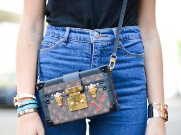 Port�e sur le duo jean taille haute/tee-shirt tout simple, cette petite malle Louis Vuitton gagne en fashion appeal