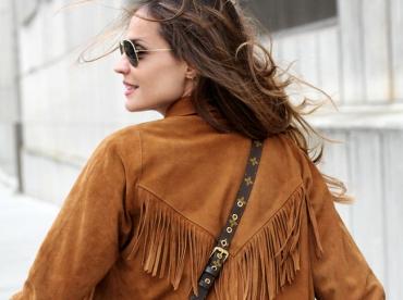 Une fois extraite du folklore western, la veste � franges en daim ne manque pas de charme !