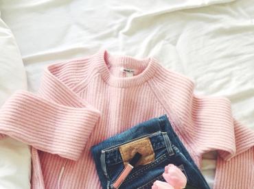 Pull rose + jean bleu l�g�rement d�lav� + tennis blanches = le bon mix