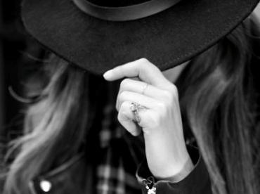 Feutre noir + perfecto + chemise � carreaux = le bon mix