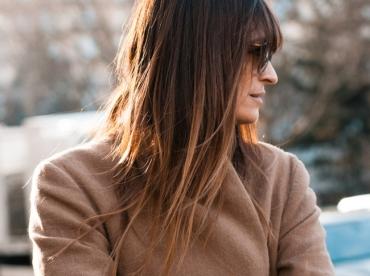 Entre manches l�g�rement roulott�es et chevelure au tie&dye naturel, ce look a tout bon !