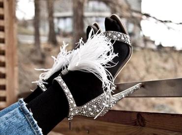 Rien de tel qu'un jean droit 7/8 et une paire de collants opaques pour apaiser des sandales folles et sexy !