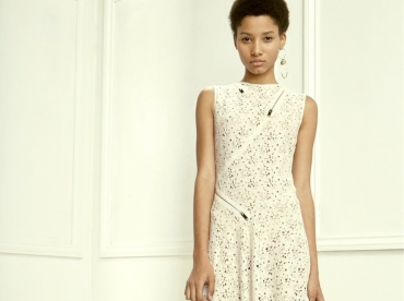 En associant zip et dentelle, Stella McCartney livre une robe longue aussi moderne que romantique
