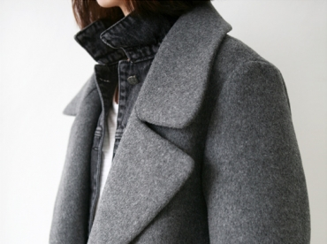 Pardessus gris + veste en jean noir d�lav� + pochette noire = le bon mix