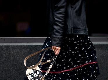 Bottes rouges + longue et ample robe noire = le bon mix