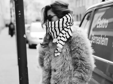 Manteau en fausse fourrure hirsute + �charpe marini�re = le bon mix