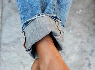 Jean large roulott� sur la cheville + escarpins noirs = le bon mix