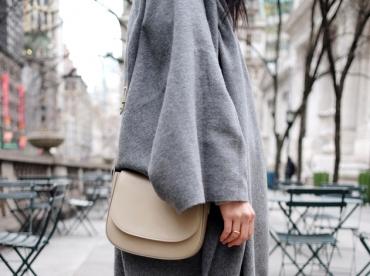 Port� avec une paire de baskets blanches, le maxi poncho gris devient plus urbain que folk