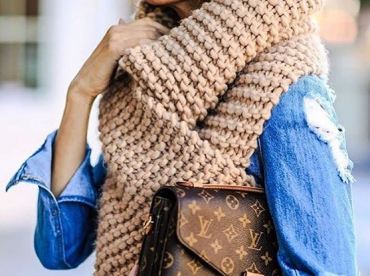 Rien de tel qu'une immense �charpe tricot�e main pour r�chauffer un look printanier !