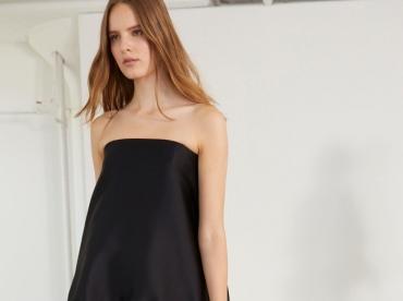 Entre taille basse, �pure et ampleur maitris�e, cette petite robe noire Stella McCartney a tout bon !