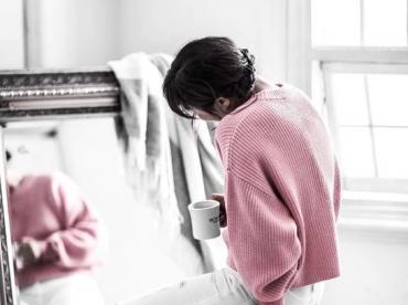 Rien de tel qu'un pull rose cosy pour adoucir un slim d�chir� !