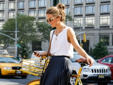 Accompagn�e d'une paire de runnings et d'un tee-shirt blanc sans manches, la jupe pliss�e midi gagne en