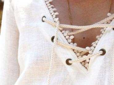 Avec sa bande de dentelle, le d�collet� lac� de cette robe gagne en sophistication