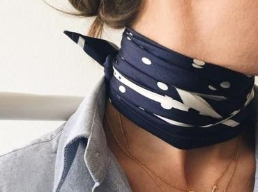 Foulard nou� pr�s du cou + fin colliers = le bon mix