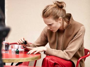 Pantalon 7/8 en cuir rouge + pull camel = le bon mix