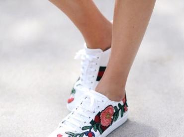 Cet automne, les broderies s'emparent des sneakers !