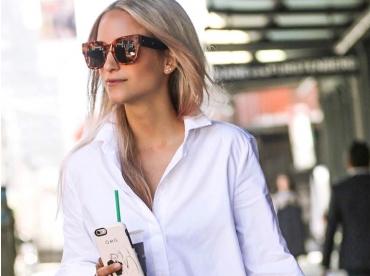 Rien de tel qu'une chemise aux manches trop longues pour accompagner une micro jupe !