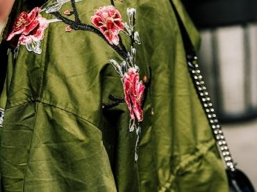 Cette saison, le kaki d�joue sa nature militaire en se parant de fleurs brod�es